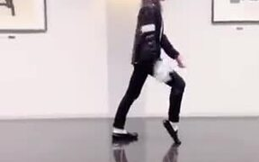 How To Execute The Famous Moonwalk!